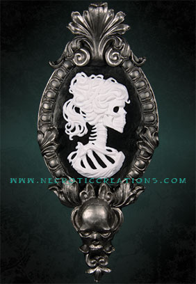 Gothic Victorian Lady Cameo (Silver)